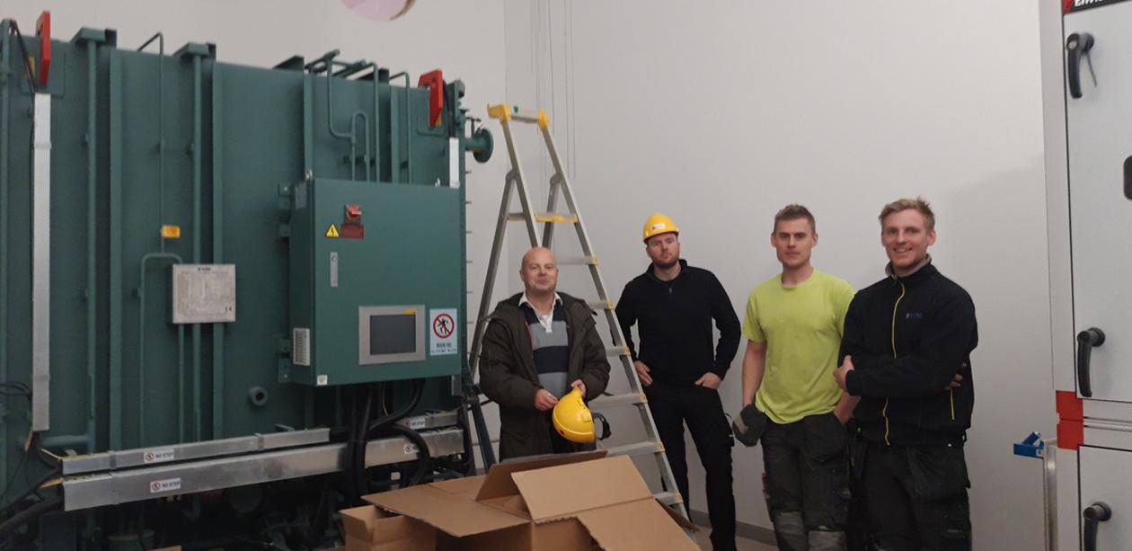Bild på ett YORK Absoprtionsggregat med Oskar Lundqvist och tre tekniker på bild